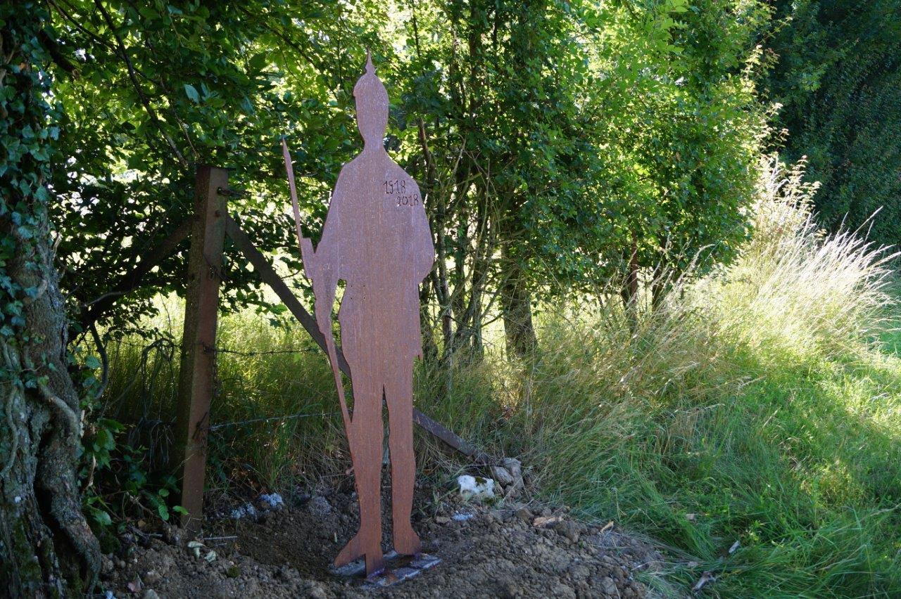 A La Chapelle-Monthodon, la silhouette d'un soldat allemand au casque à pointe est implantée à l'entrée de la ferme des Pozard.