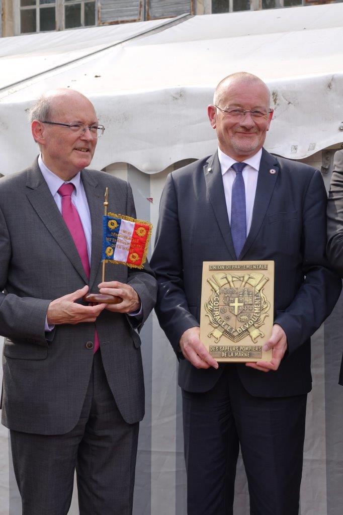 De gauche à droite : Yves Detraigne et Eric Girardin repartent avec un souvenir...