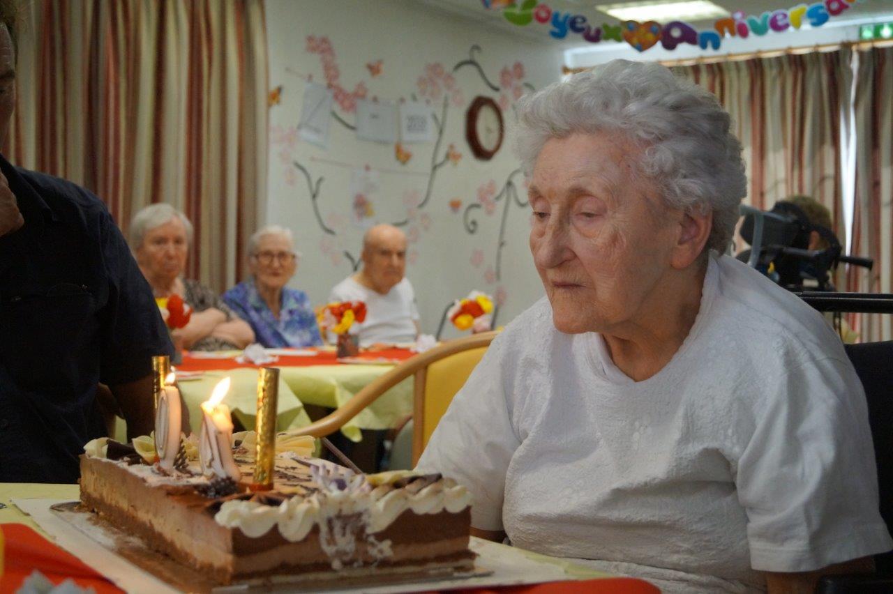 Marie-Louise Willems souffle ses bougies avec un p'tit coup de main de la famille...