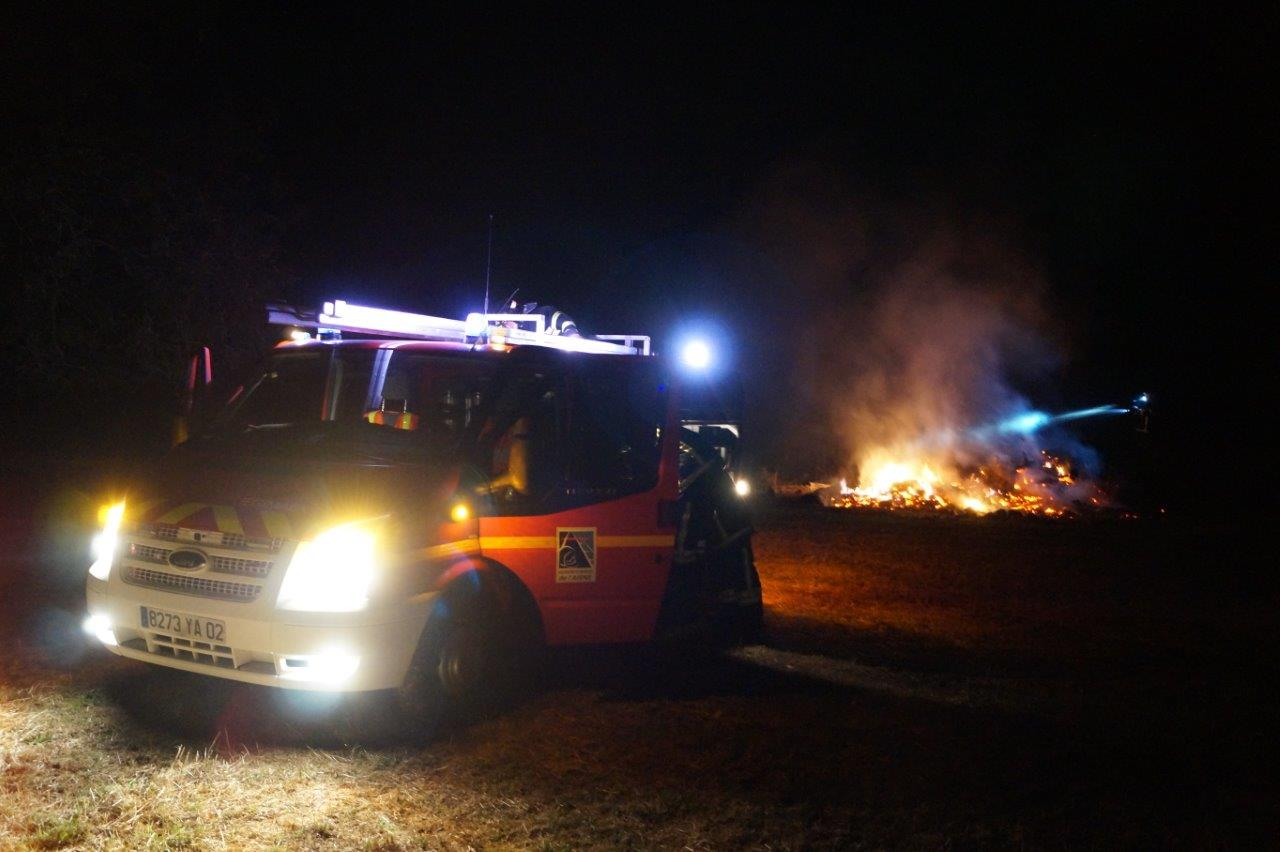 Malgré le terrain accidenté, les sapeurs-pompiers positionnent leur véhicule au plus près du feu.