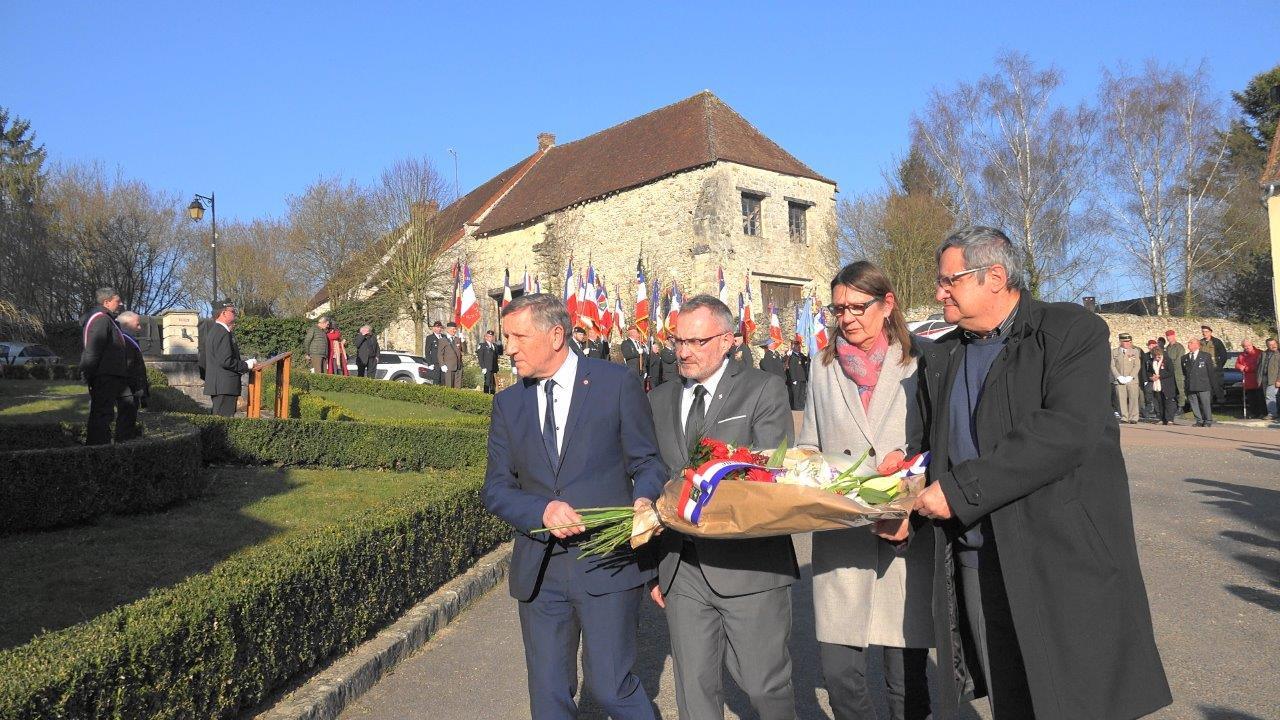 De gauche à droite : Jacques Krabal, Dominique Moyse, Anne Maricot, Bernard Marliot, conseiller municipal de Château-Thierry et délégué aux affaires patriotiques déposent une gerbe de fleurs.