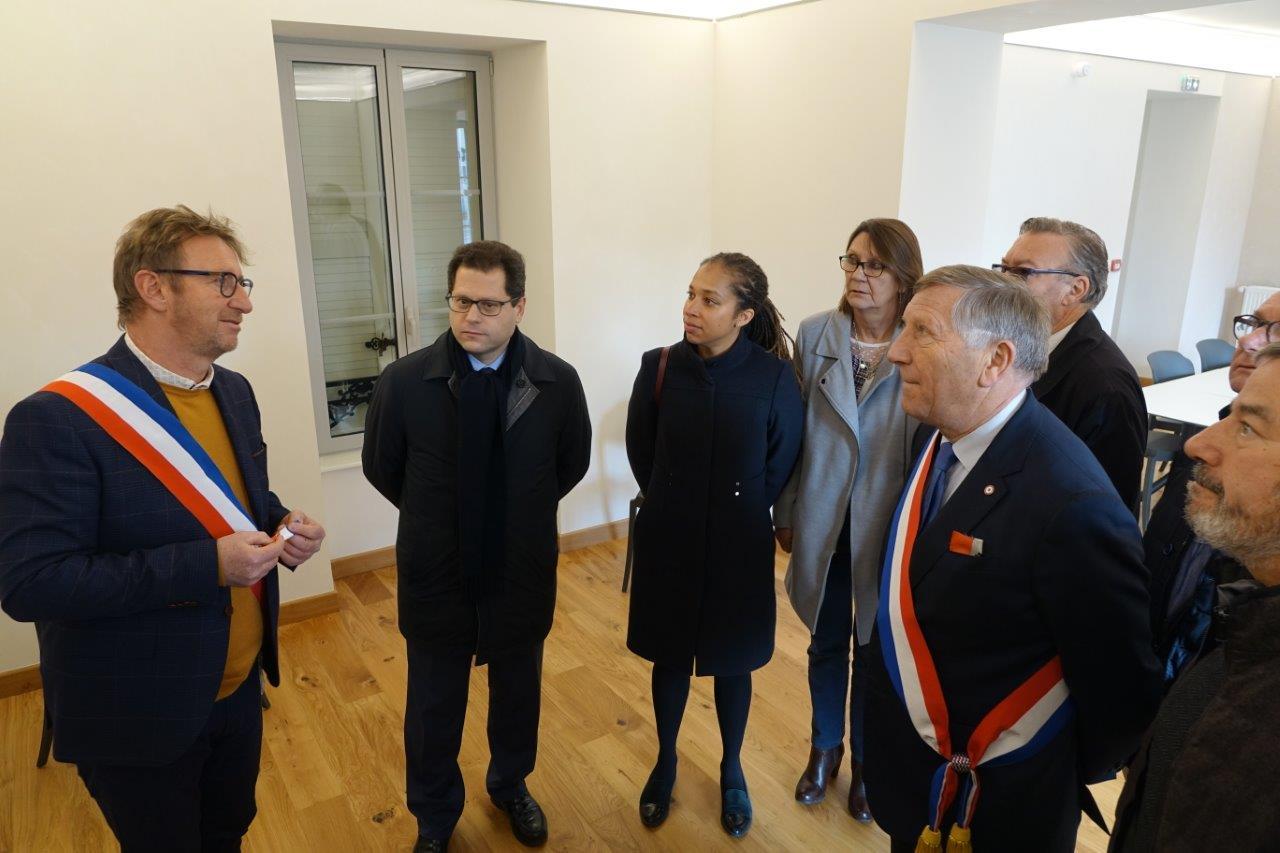 A gauche, Éric Mangin a fait visiter l'ensemble du bâtiment aux personnalités.