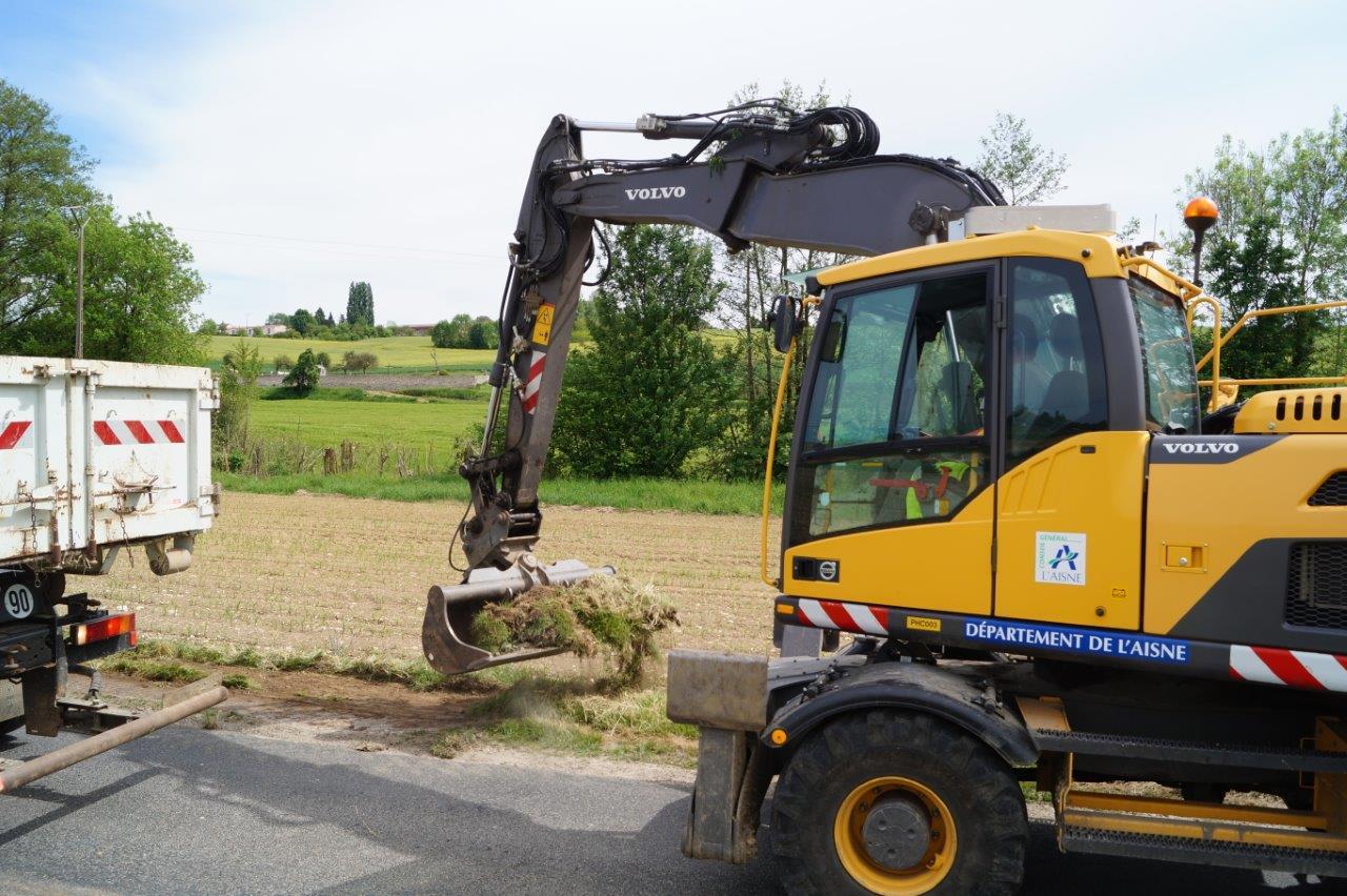 Le dérasement consiste à enlever l'excès de terre sur la partie surélevée de l'accotement. Cela permet l'amélioration de l'assainissement de la route.