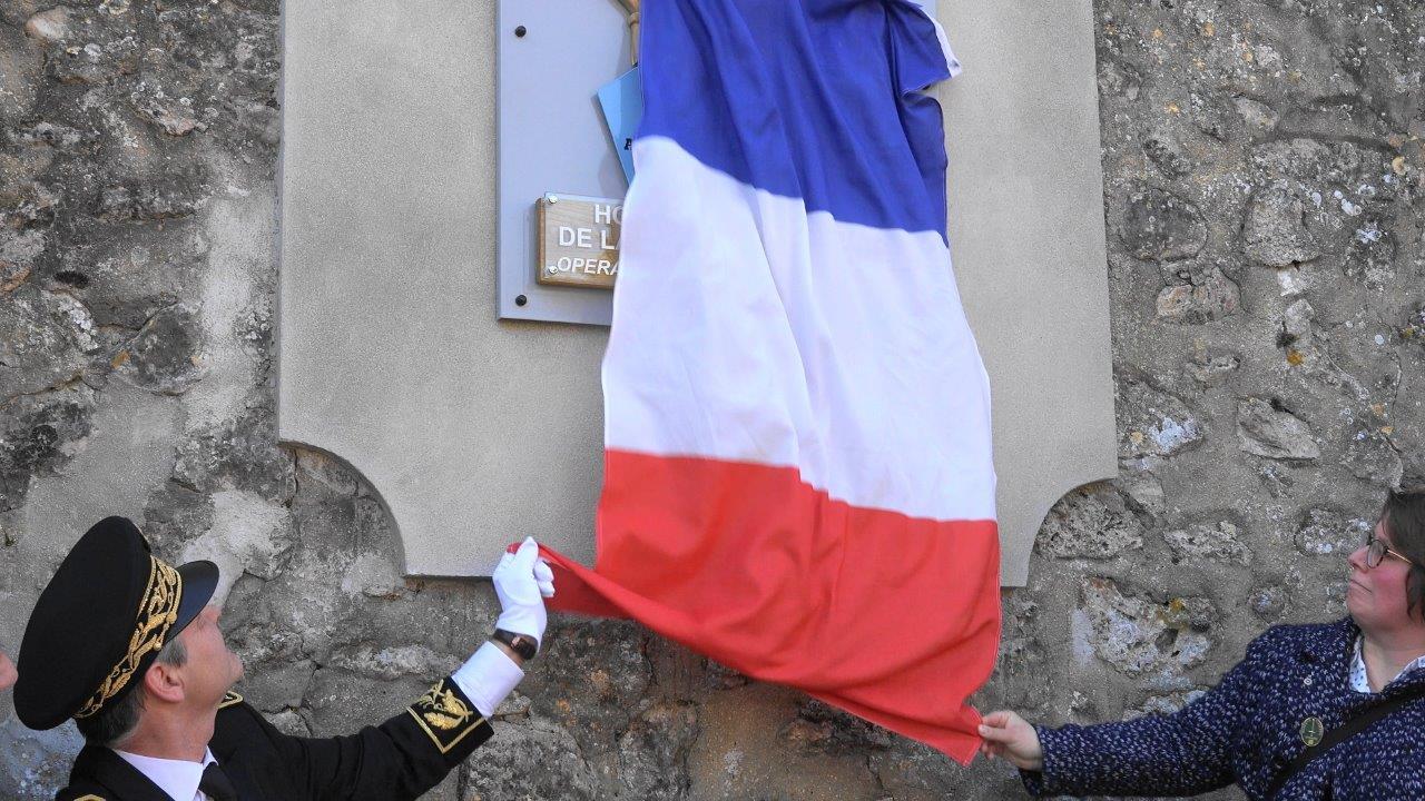 Ronan Léaustic et Hélène Luisin dévoile la plaque commémorative...