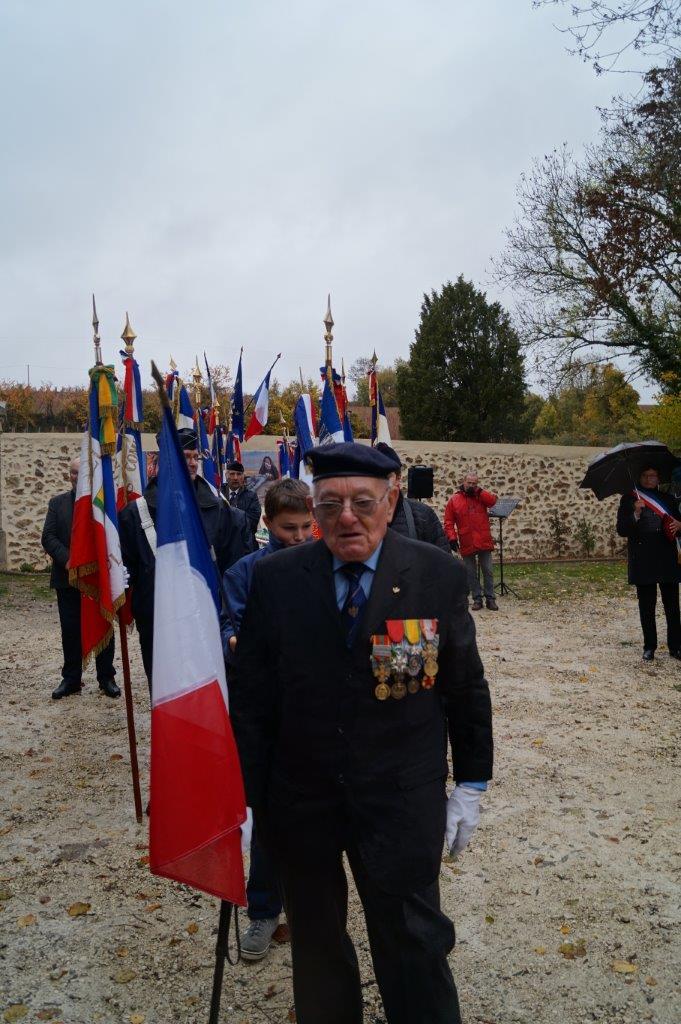 Georges Pottier, 89 ans, président d'honneur de l'APAC, rassemble ses troupes avant le départ du cortège.