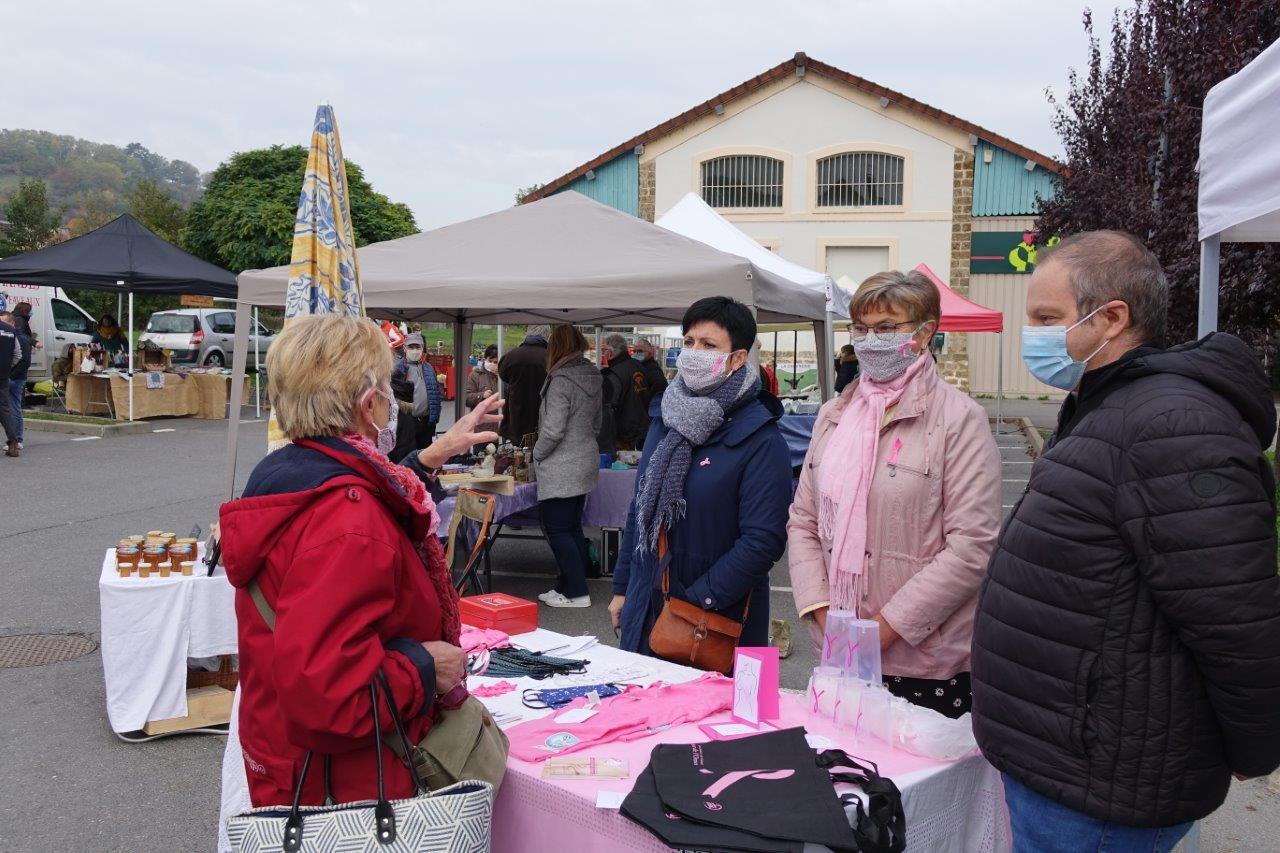 Le stand de l'association Anat de l'Omois tenu par Gaëlle Vaudé et Jacqueline Picart proposait une nouvelle fois des objets en lien avec la campagne Octobre Rose 2020.
