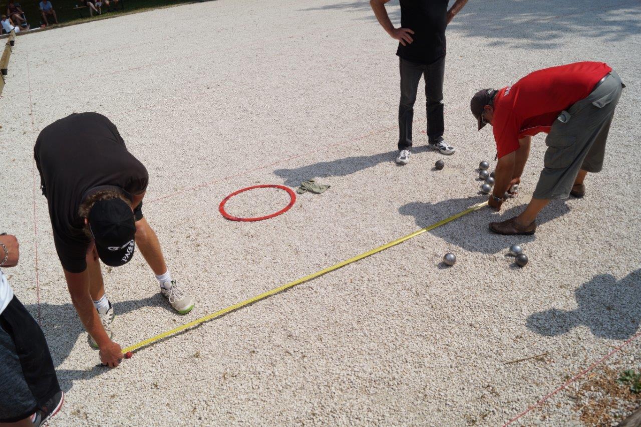 Le mètre ruban est l'accessoire indispensable sur un concours de pétanque.