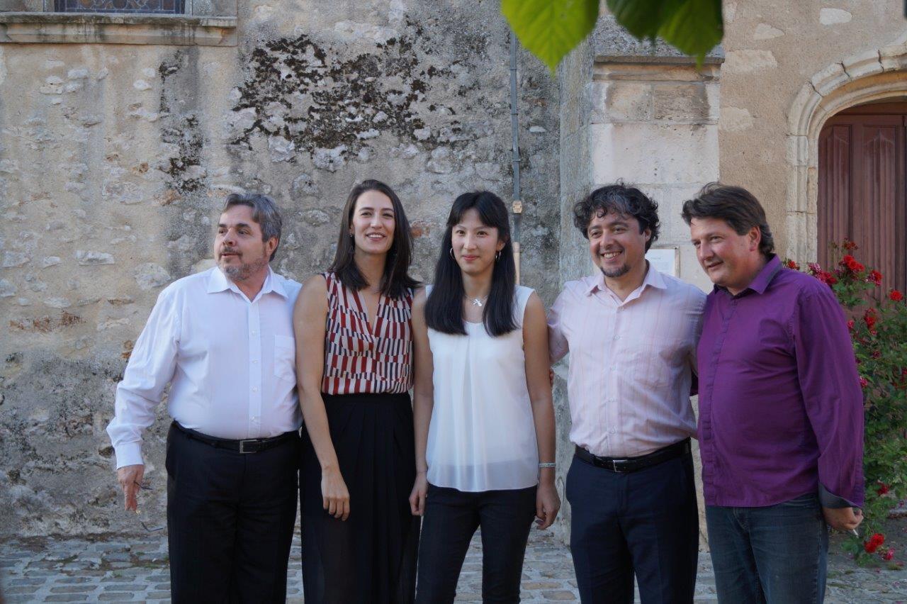 De gauche à droite : Giacomo Bartoloni, Thalita Savordelli, Jade Marchal du Trio AKHAMAR (dont c'était l'anniversaire), Cleyton Fernandes, et Frédéric Bernard.