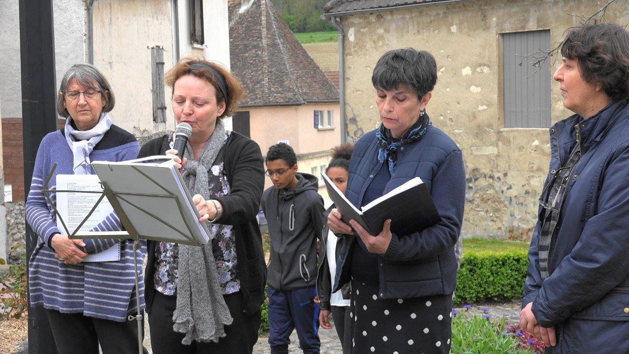 Le groupe Dorie Capadine lit des textes et un poême de déportés.