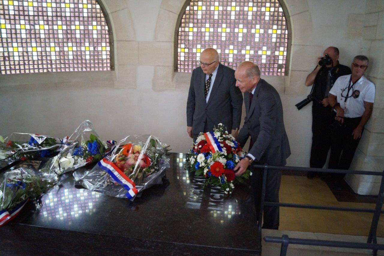 De gauche à droite : Rémi Bécourt-Foch et le Comte Philippe de La Rochefoucauld déposent une gerbe de fleurs à l'intérieur de l'ossuaire.