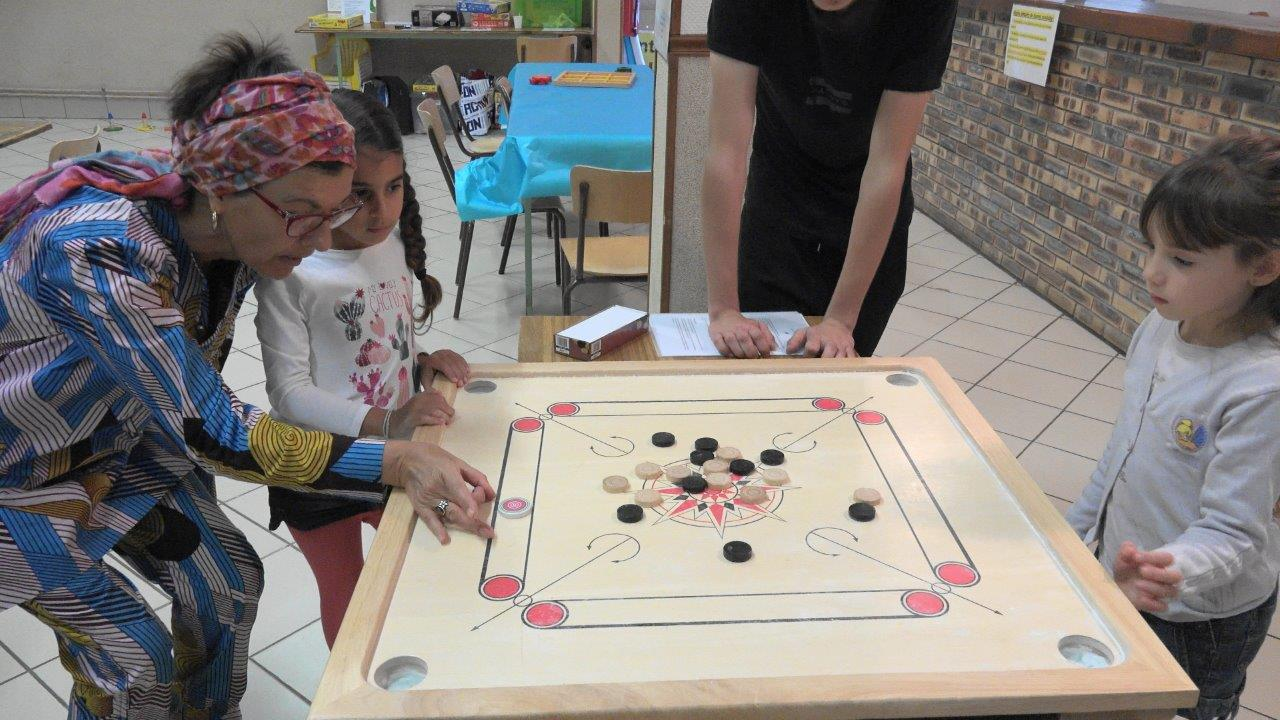 Un billard indien : le grand jeu du carrom.