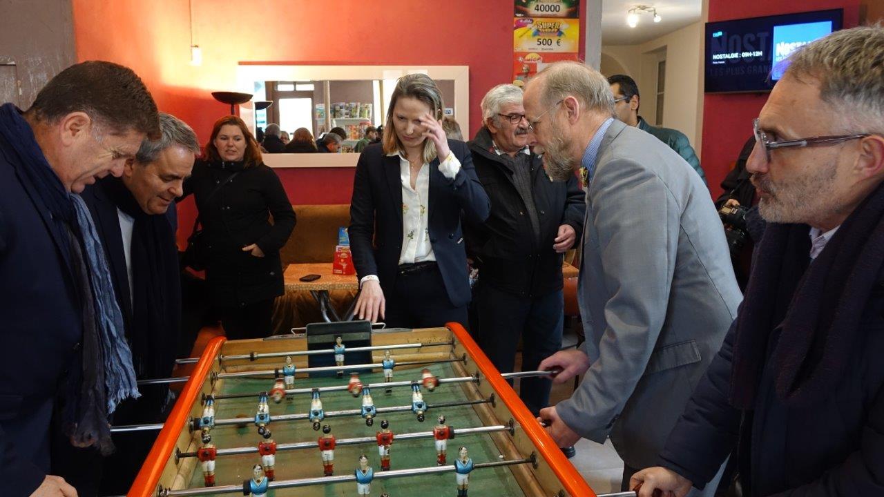 Au baby-foot, Xavier Bertrand (à l'arrière plan, à gauche) et son collaborateur ont battu le binôme Jean-Michel Wallerand / Dominique Moyse.