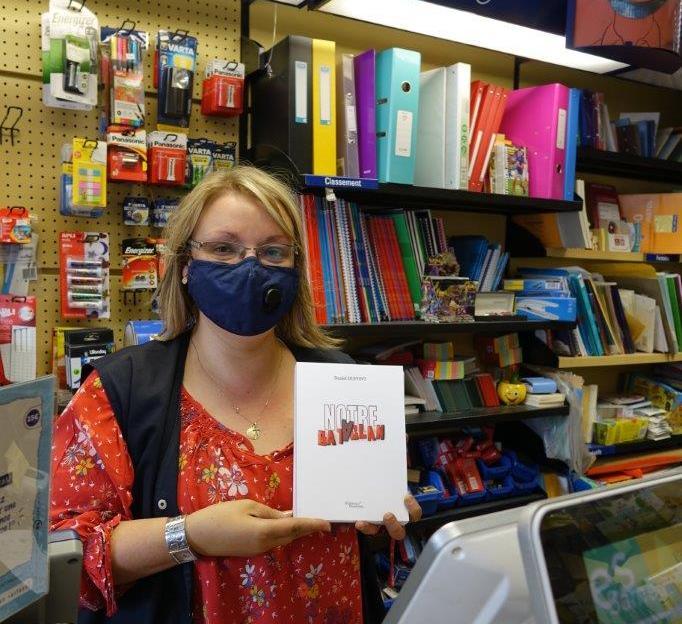 Laëtitia Da Silva, gérante de l'enseigne, souhaite mettre en lumière des auteurs locaux et de proximité.