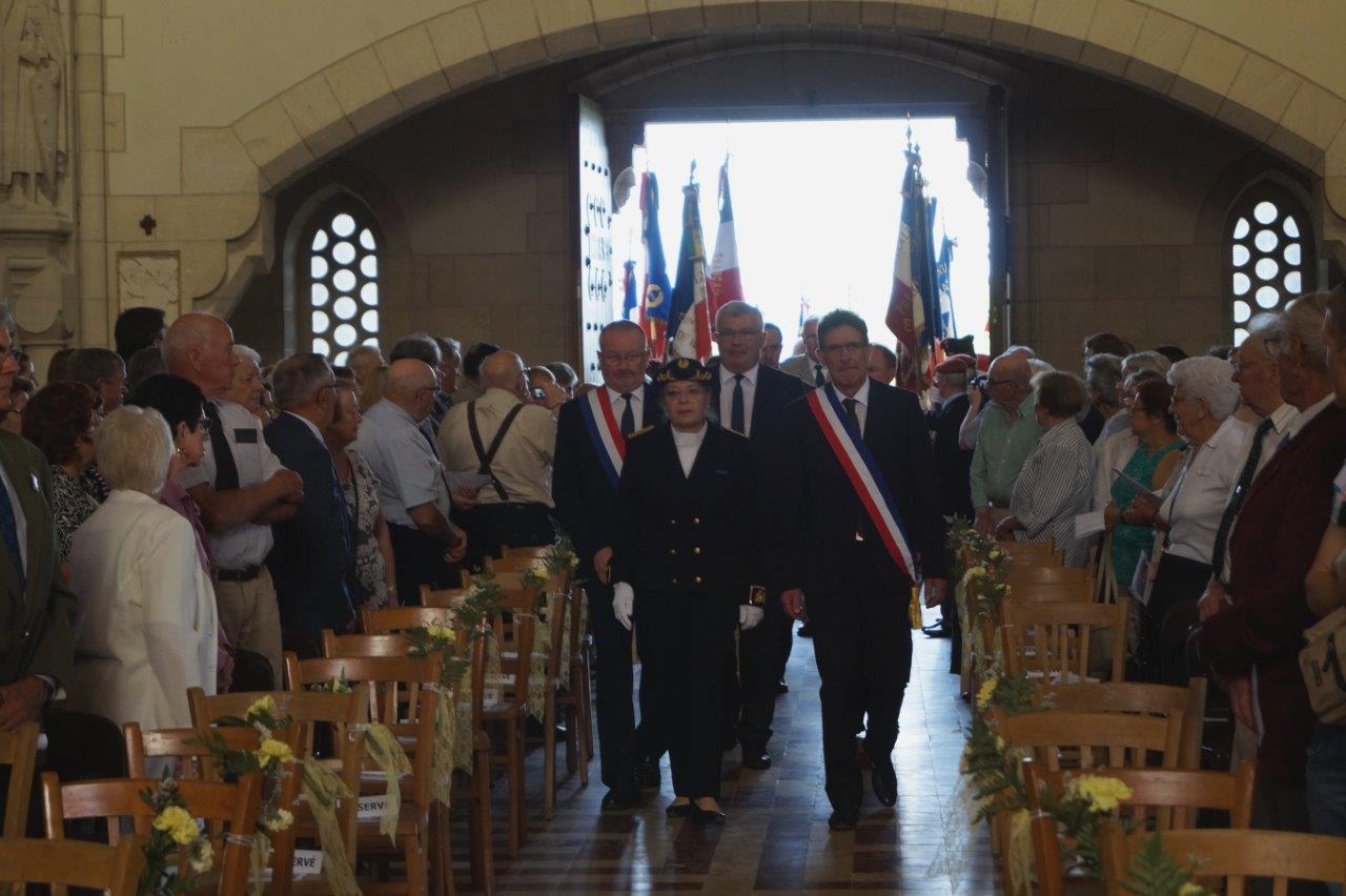 De gauche à droite : Éric Girardin, Odile Bureau et Michel Courteaux font leur entrée dans la Chapelle de la Reconnaissance.