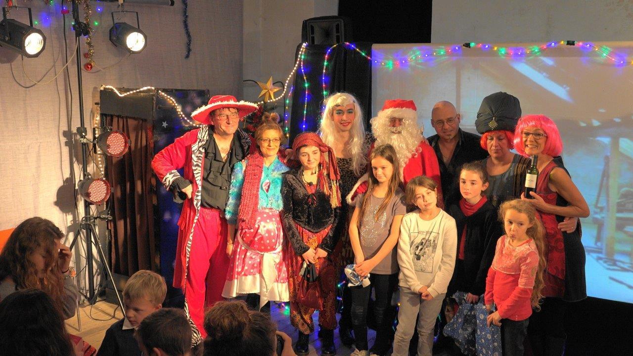 Adhérents du Comité des Fêtes  et enfants de la commune composent la troupe de comédiens.
