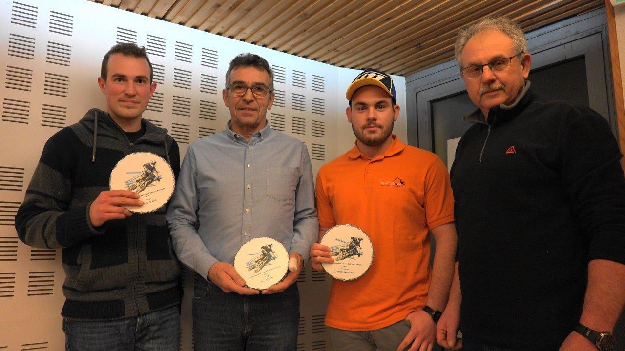 Les trois vice-champions de France 2017 posent pour la postérité avec Georges Verdoolaeghe, le président du Team Condé Moto Verte.