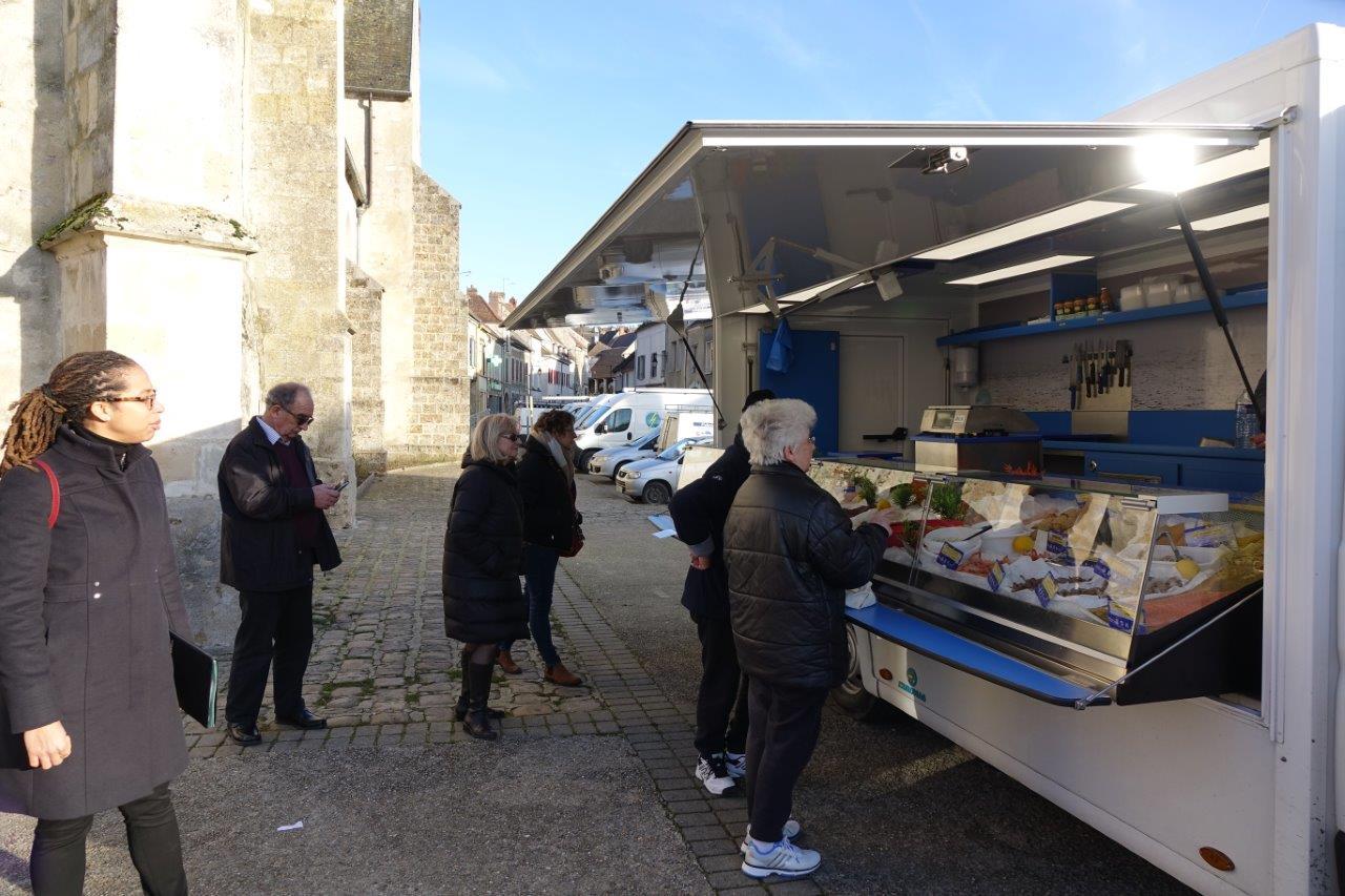 """La poissonnerie """"La Rémonira"""" fait partie des nombreux commerces ambulants qui viennent rendre service aux habitants du centre-bourg et des communes voisines..."""