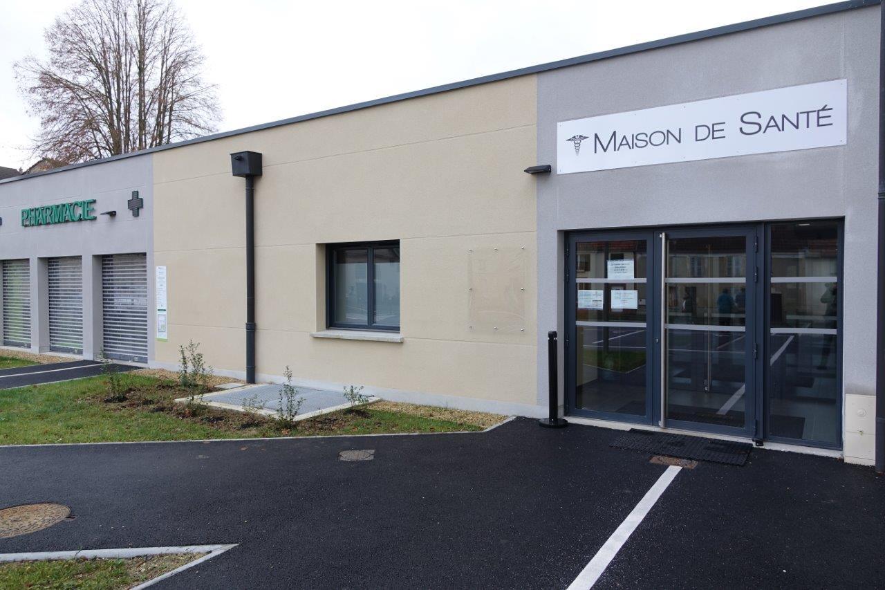La maison médicale et la pharmacie composent la maison de santé de Crézancy.