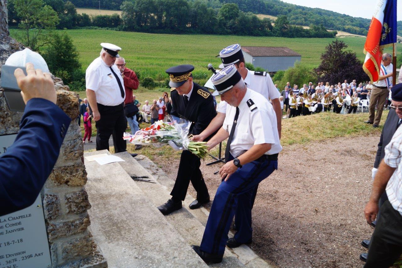 Ronan Léaustic, le lieutenant Romain Freytag et le capitaine Jean-Émile Vaesen déposent une gerbe de fleurs...