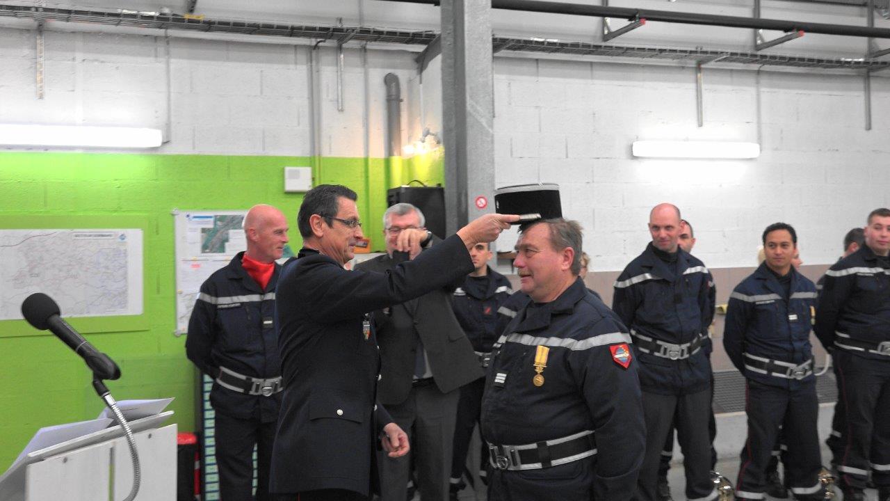 Le commandant Dominique Potar remet le grade de capitaine honoraire et le képi qui va bien au lieutenant Jean Jarrot.