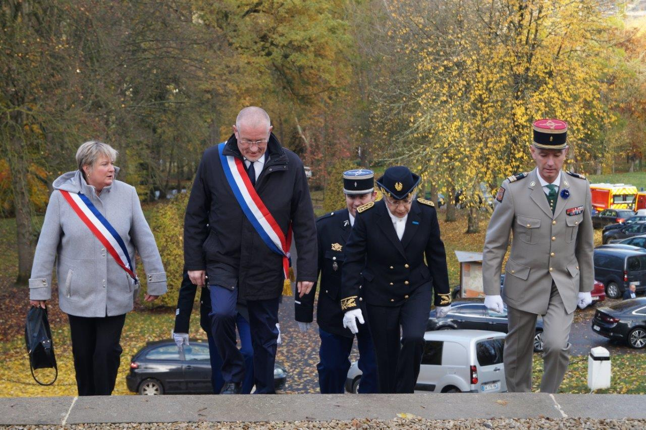 De gauche à droite : Isabelle Michelet, Éric Girardin, Odile Bureau et Valéry Putz gravissent les marches du Mémorial des Batailles de la Marne de Dormans.