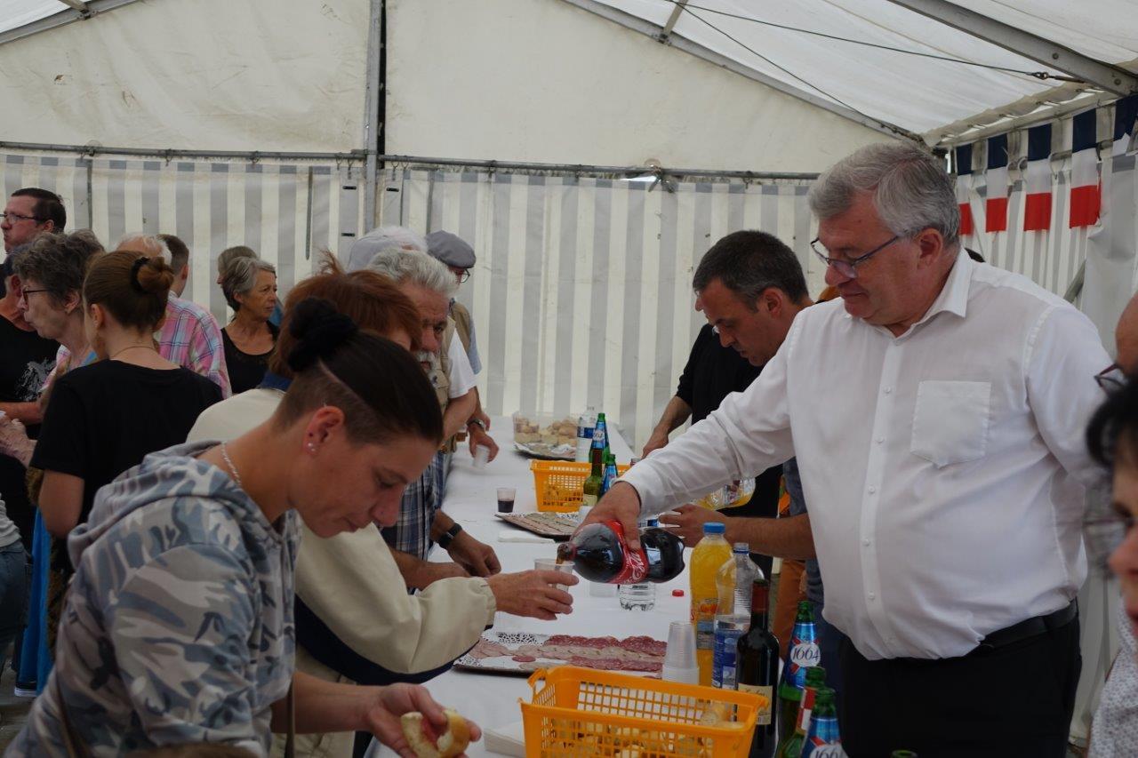 Christian Bruyen, conseiller municipal et également Président du Conseil départemental de la Marne s'est transformé en garçon de café.