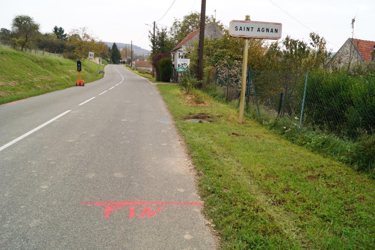 A partir du panneau d'entrée de la commune, l'enfouissement de la fibre sera effectué à l'aide d'une pelle mécanique.