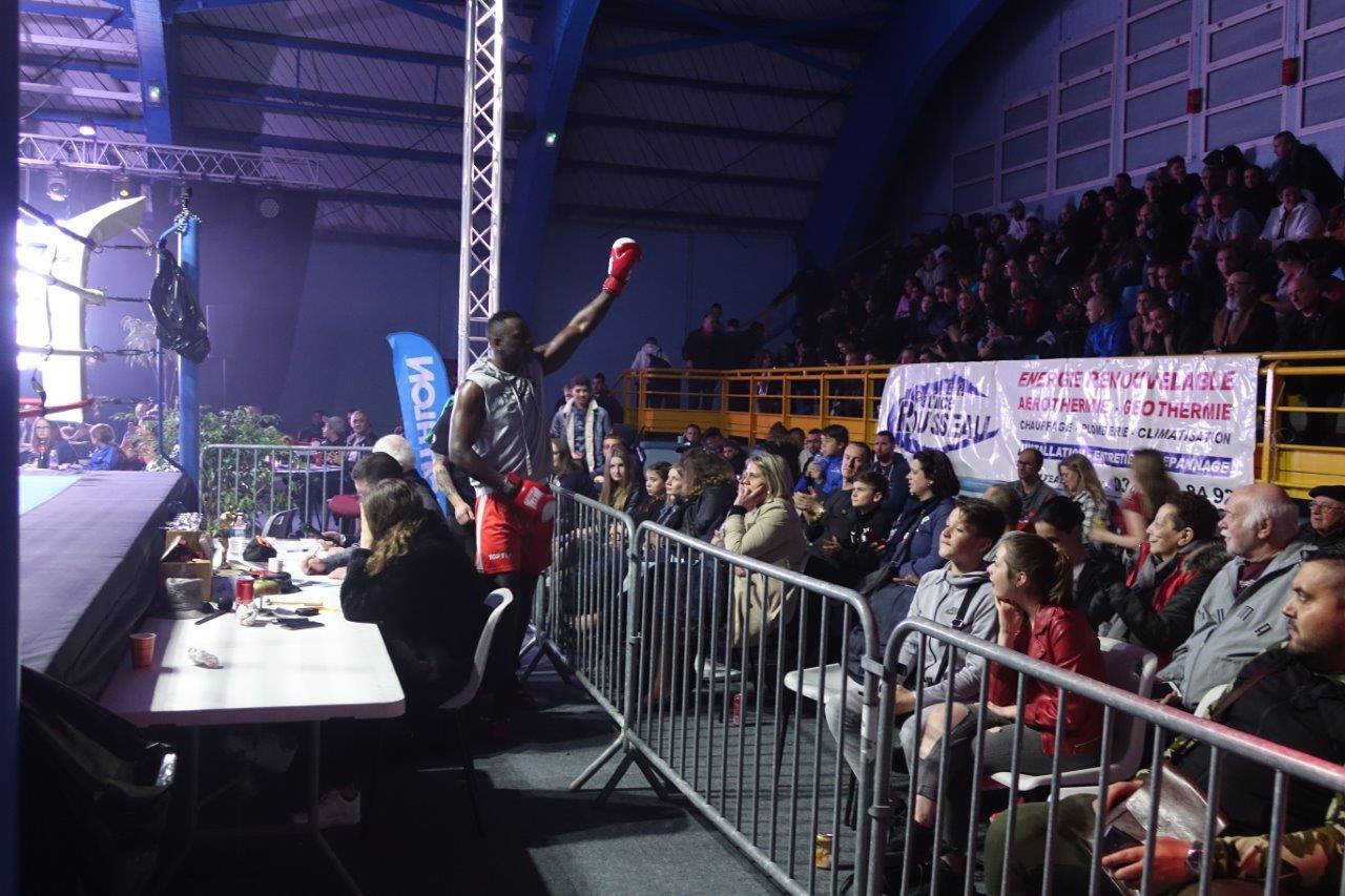 Banhide Sow, de Creil, s'apprête à monter sur le ring sous les ovations de ses supporters.