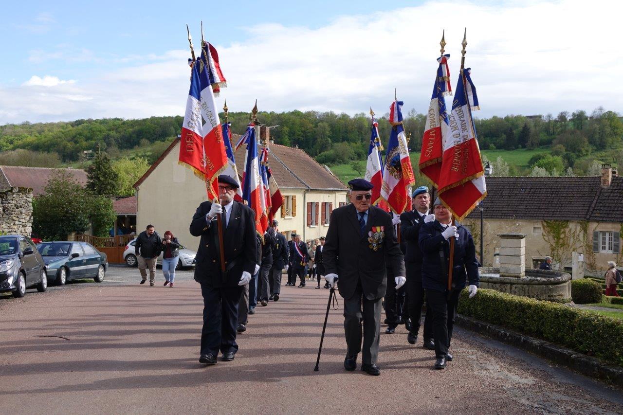Georges Pottier, président d'honneur de l'association nationale des porte-drapeaux, anciens combattants et vétérans de France, et garant du protocole, remonte ses troupes en l'église...