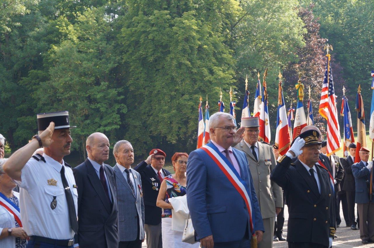 Le rassemblement des participants s'est effectué dans la cour du château de Dormans.