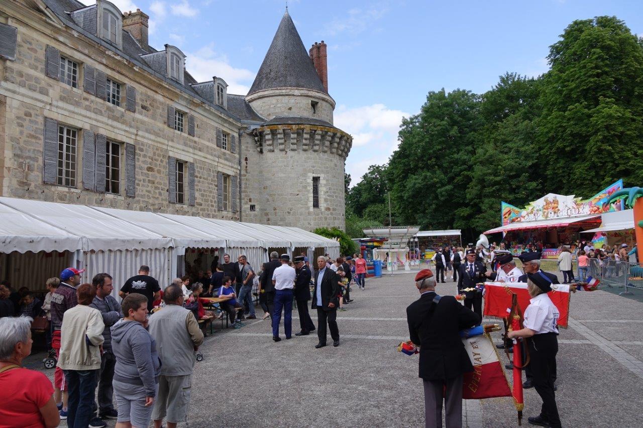La cour arrière du château accueille également la fête foraine dédiée aux enfants.