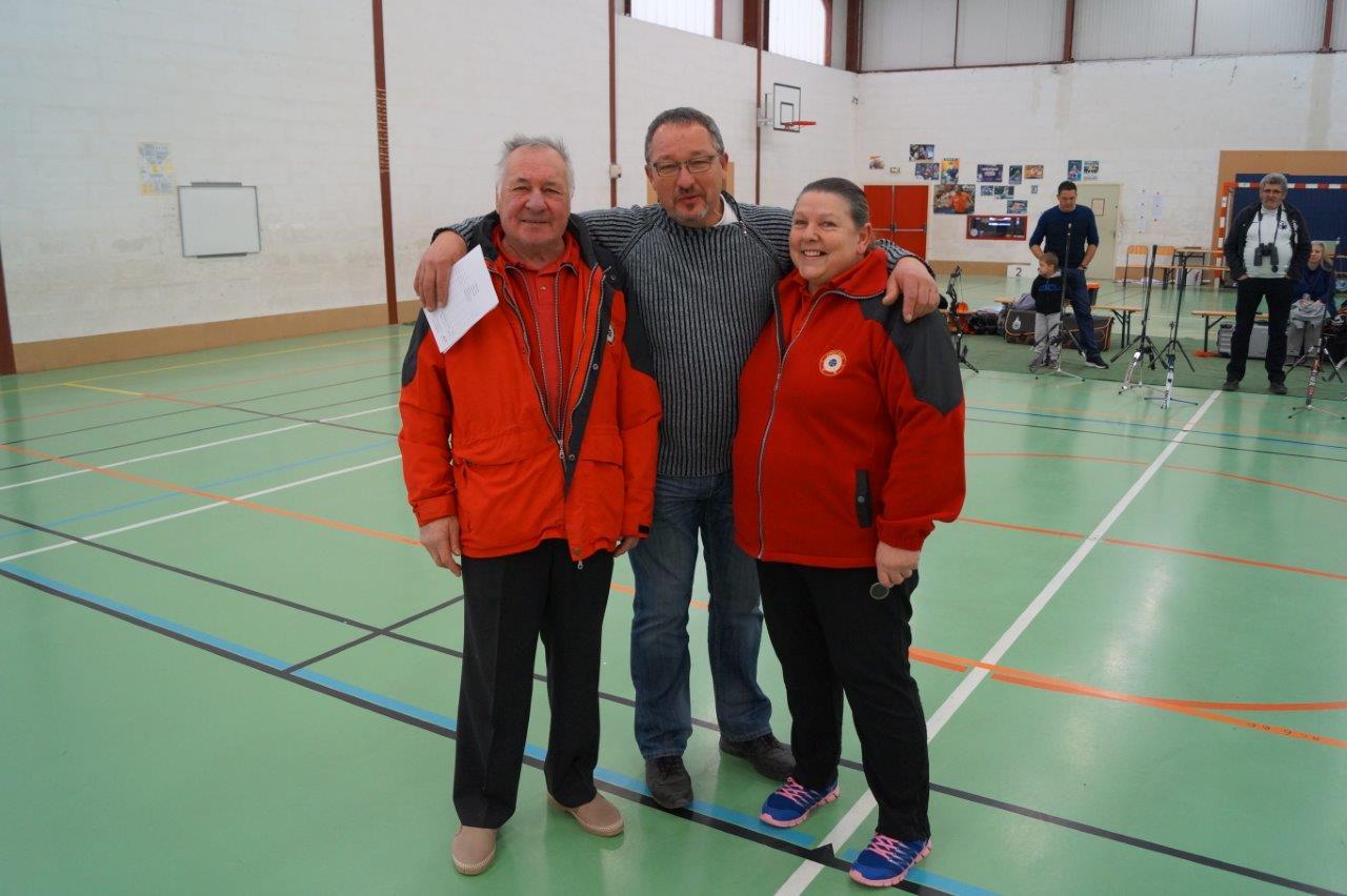 Pascal Dussaussoy, président des Archers de l'Omois, entouré des arbitres Jeanine Eschard et Michel Métivier.
