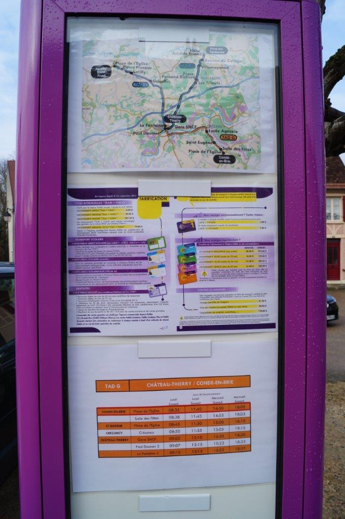 Le placard horaires accueille l'information de la ligne.