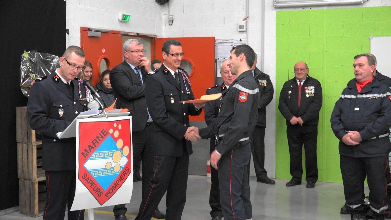 Le Commandant Dominique Potard remet les divers diplômes nationaux.