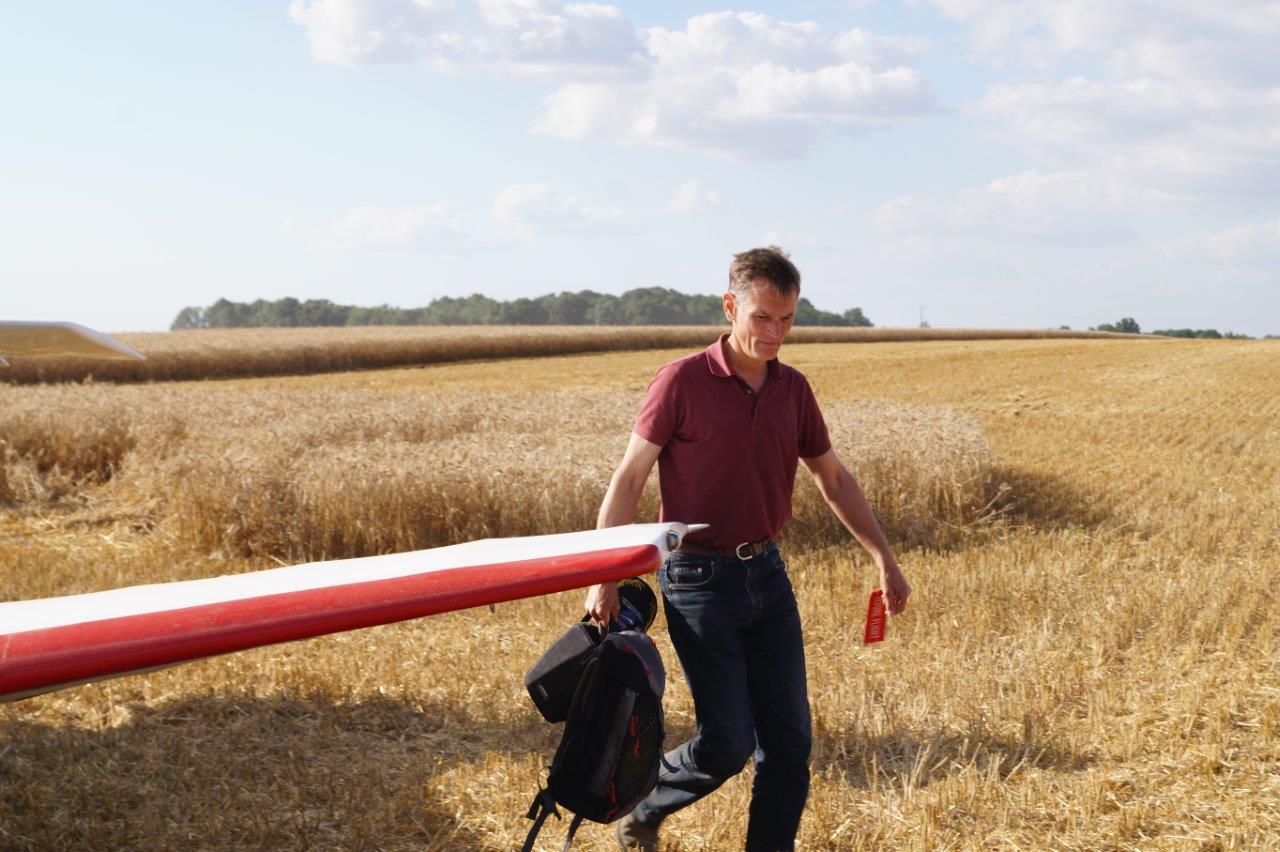 Damien Dhenain, chef-pilote à l'aéroclub de Château-Thierry, s'apprête à prendre les commandes du Robin 400-160.