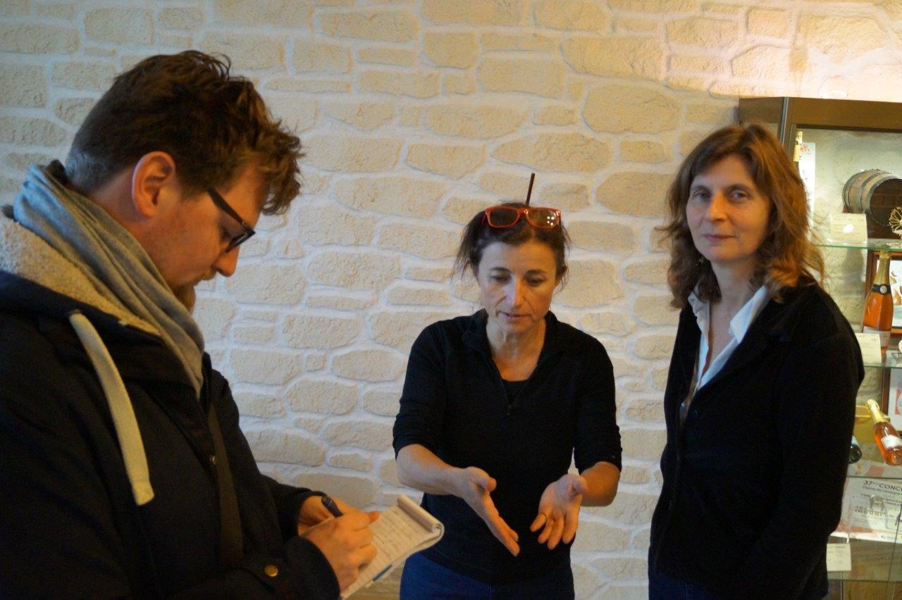De gauche à droite : Kévin Louranço de l'hebdo L'Axonais avec Catherine Tambrun et Olivia Rosenthal, co-organisatrices de l'événement.