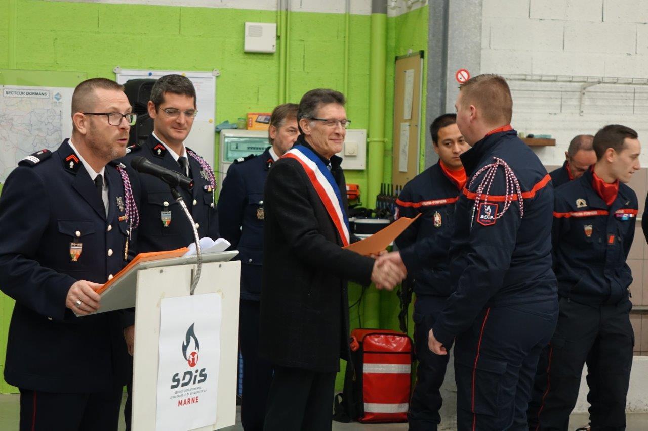 De gauche à droite : Pascal Briand, Guillaume Boisseau et Michel Courteaux ont remis lettres de félicitations, attestations et diplômes à de nombreux sapeurs-pompiers...