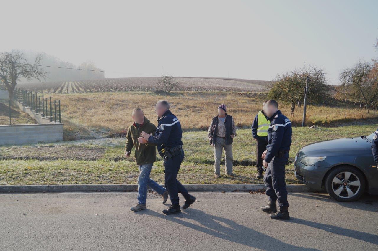 L'homme est mis à l'écart des manifestants par les forces de  Gendarmerie...