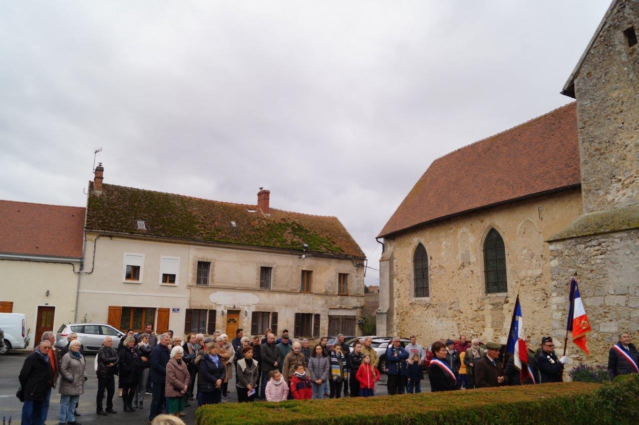 Plus de soixante habitants se recueillent devant le monument aux morts du bourg.