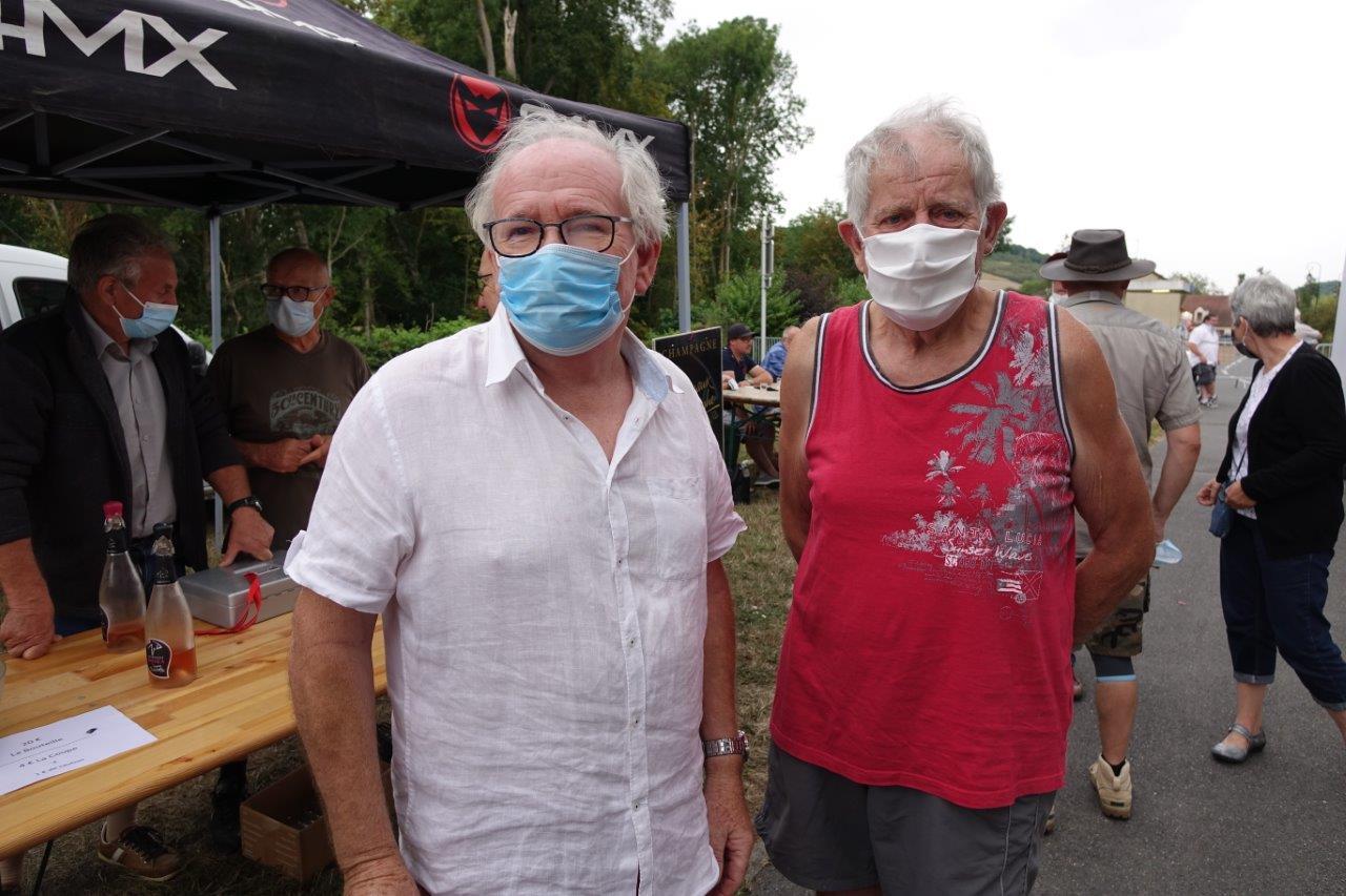De gauche à droite : André Simon, ancien maire de Blesmes et Edgard Vervaet, ancien maire de Montlevon, ont arrosé leur titre de maire honoraire.