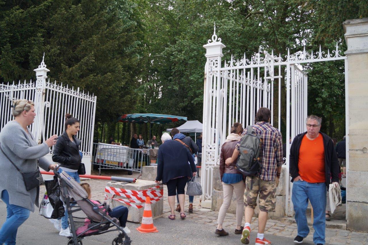 Cette année, la municipalité dormaniste a corrigé son plan vigipirate. Les visiteurs ont pu accéder au parc en passant, également, par le portail. Du coup, il n' y a pas eu de bousculade au portillon.