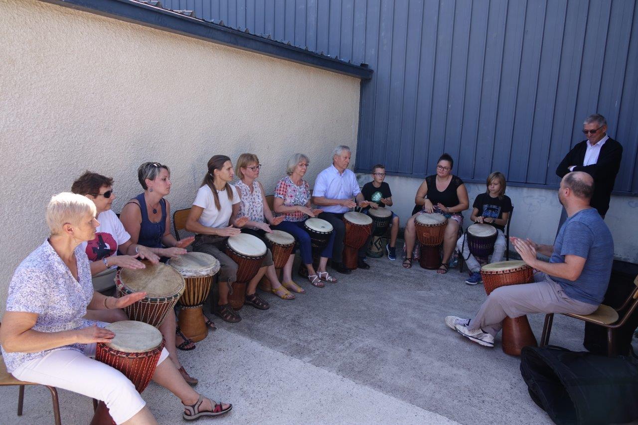 Lucien Jérôme est un spectateur attentif du concert improvisé de djembé dirigé par Alban Lenaerts, professeur de percussions à l'École de musique.