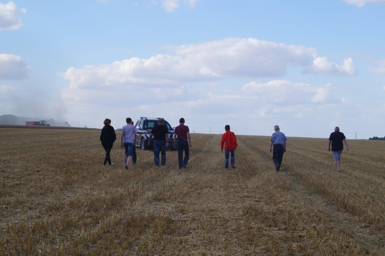 Les adhérents de l'aéroclub de Château-Thierry tracent la piste.
