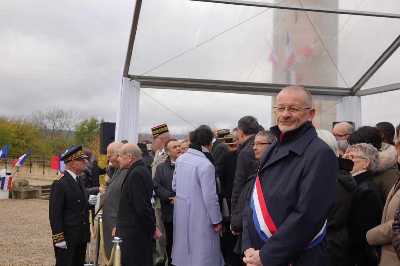 Avec l'écharpe tricolore : Eric Girardin, député de la 3ème circonscription de la Marne.