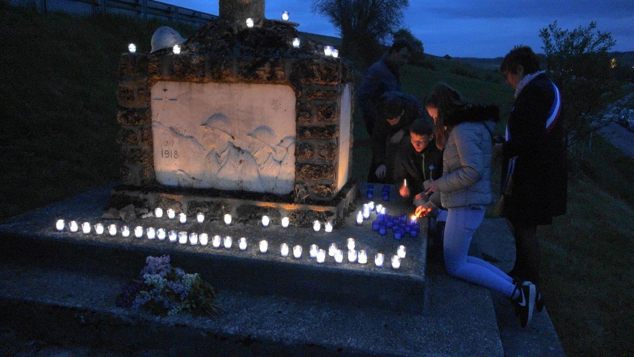 Les adolescents valcampaniens présents terminent l'illumination du monument.