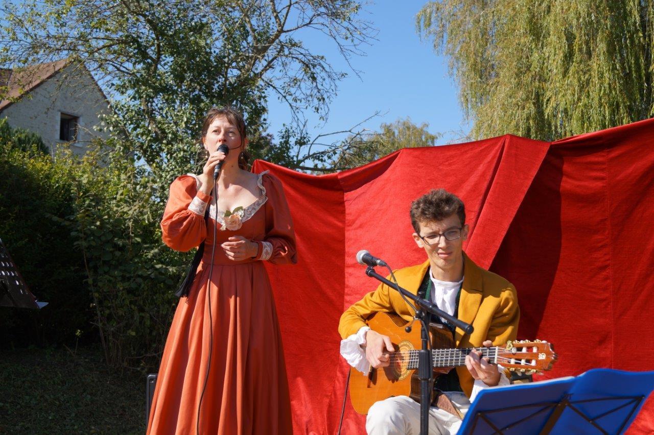 """Lou Mary, accompagnée à la guitare par Rémi Costa, interprète """"Ma grand mère"""" du chansonnier français Pierre-Jean de Béranger."""