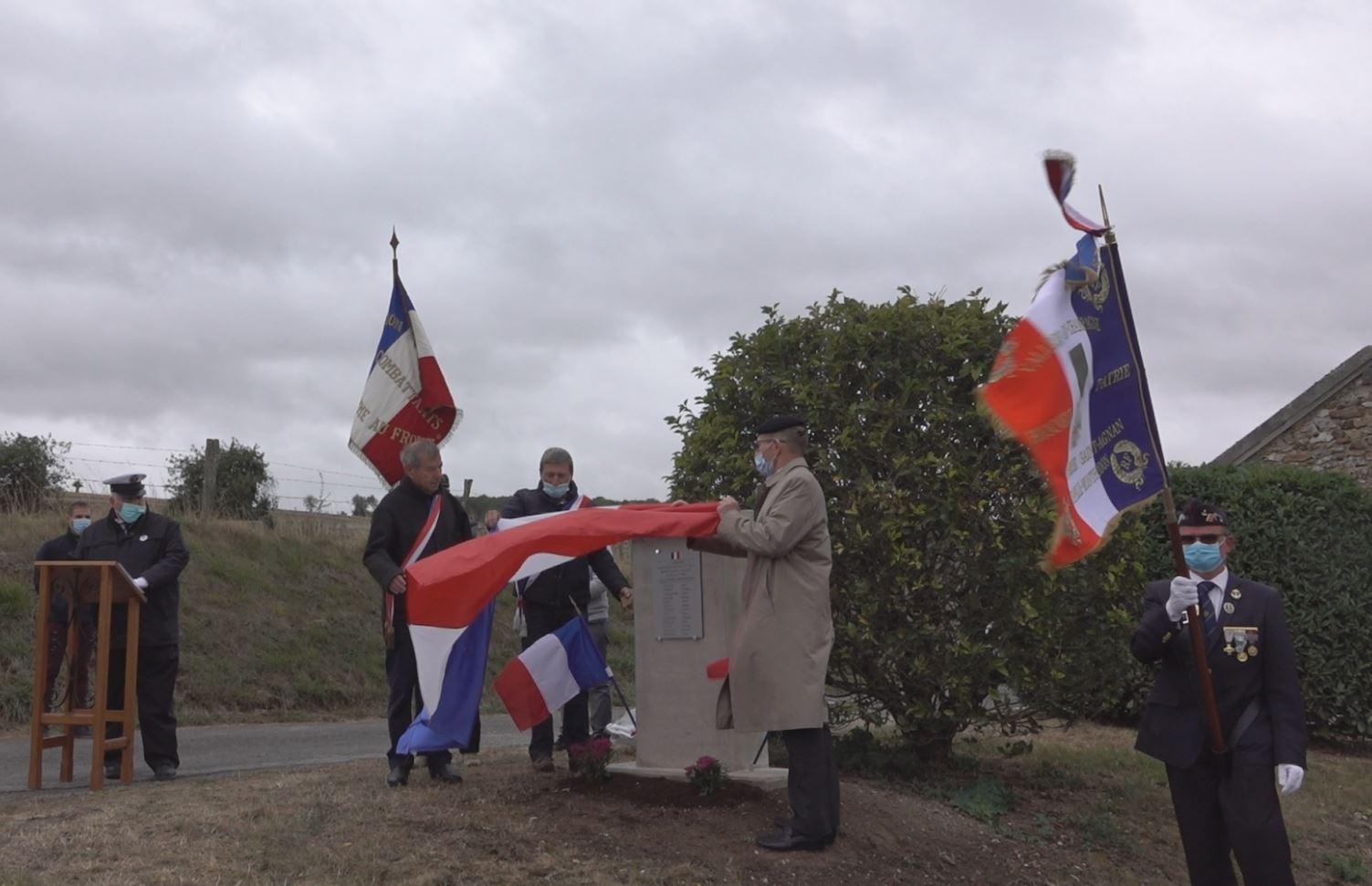 De gauche à droite : Bruno Lahouati, Jean-Yves Roulot et le Lieutenant-Colonel Henri Caron procèdent au dévoilement de la stèle.