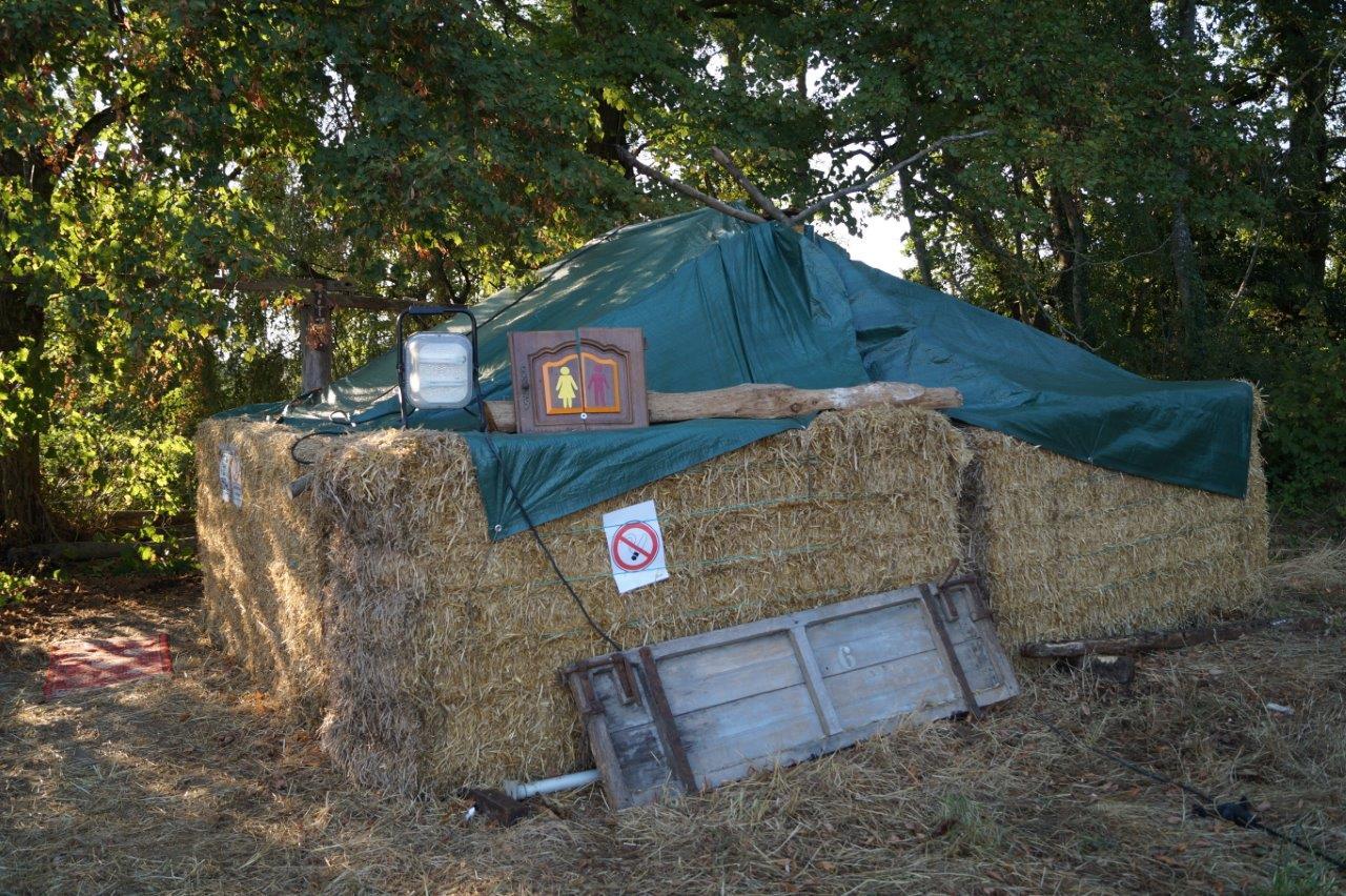Fibre écolo oblige, des toilettes sèches sont installées, non pas au fond du jardin, mais dans un coin de la pâture.