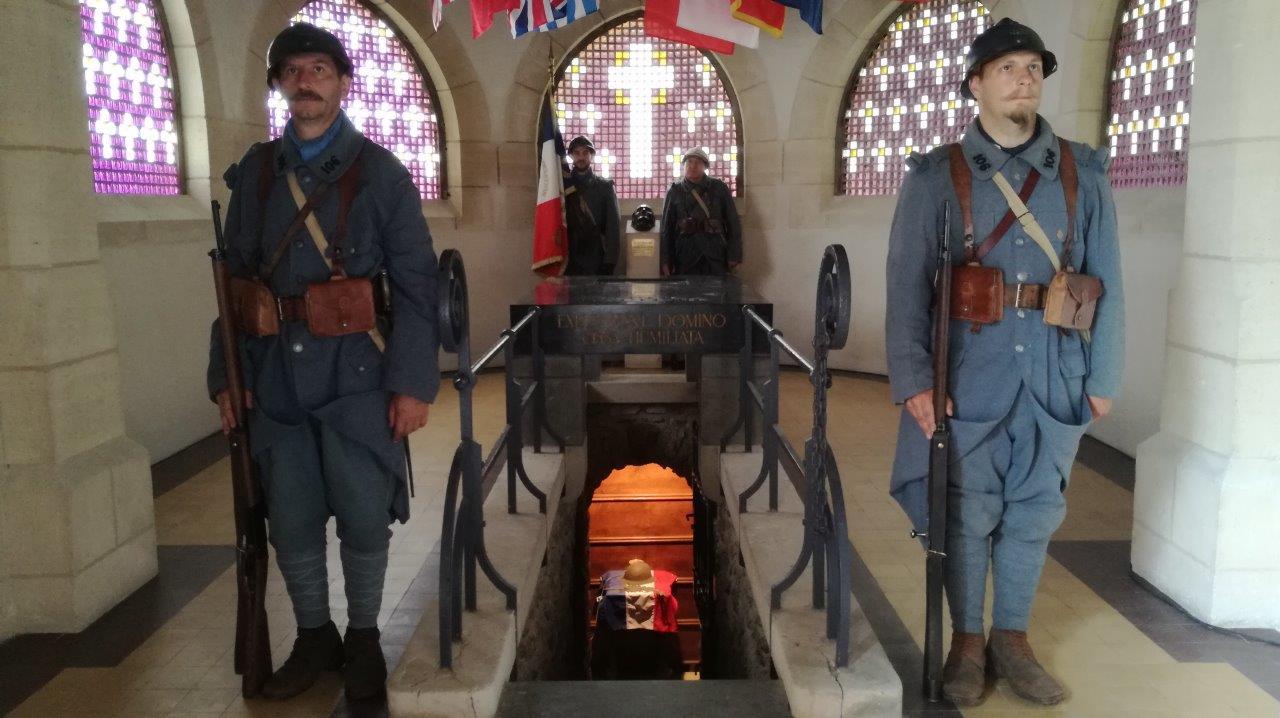 Les Poilus de la Marne gardent l'entrée de l'ossuaire.