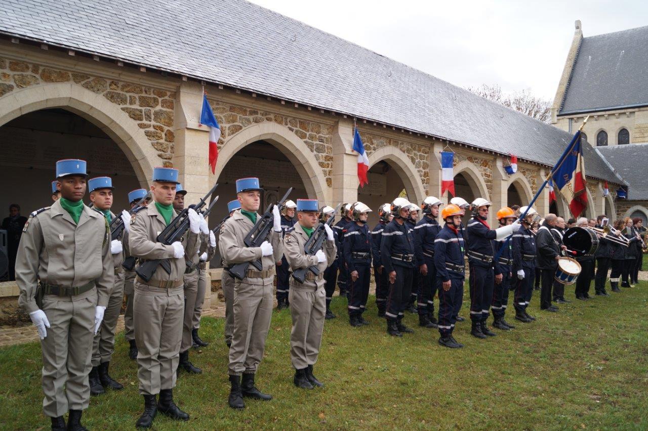Le piquet d'honneur du 5ème RI de Dragons de Mailly-le-Camp, les sapeurs-pompiers et la Musique municipale de Dormans réhaussent chaque année et de belle manière la cérémonie...